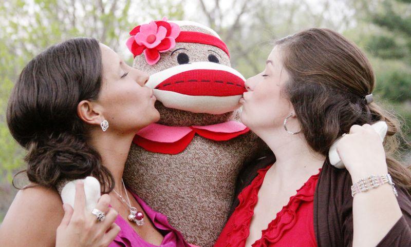 2 MONKEY KISSES